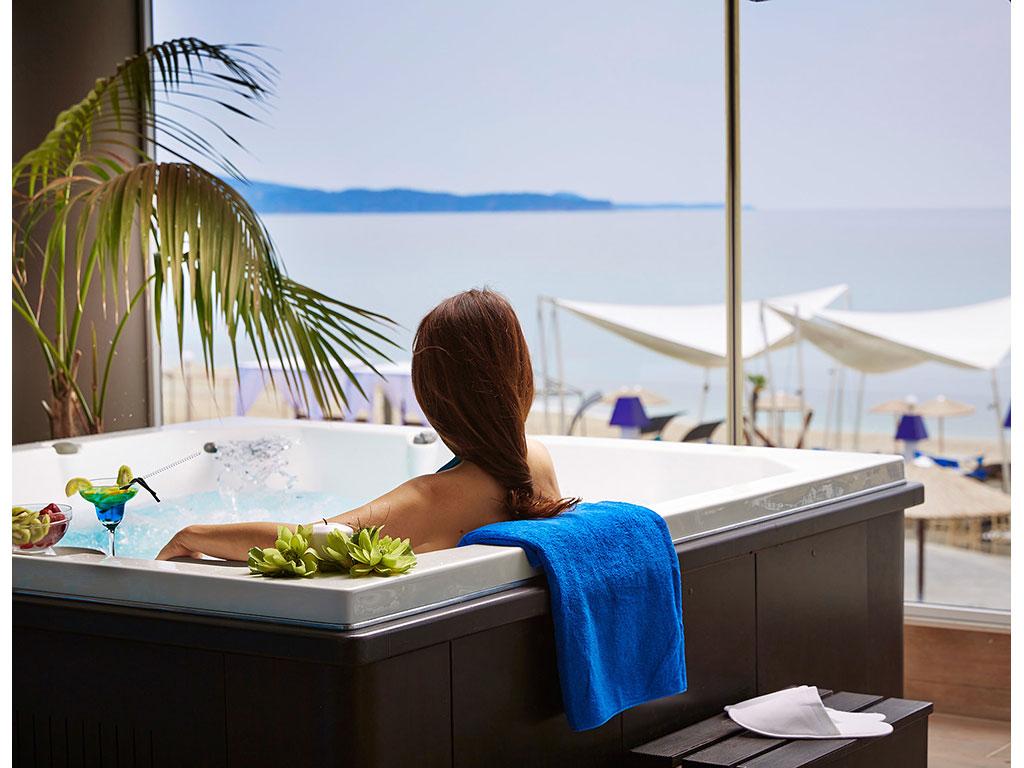 Blue Dream Palace Tripiti Resort: Jacuzzi
