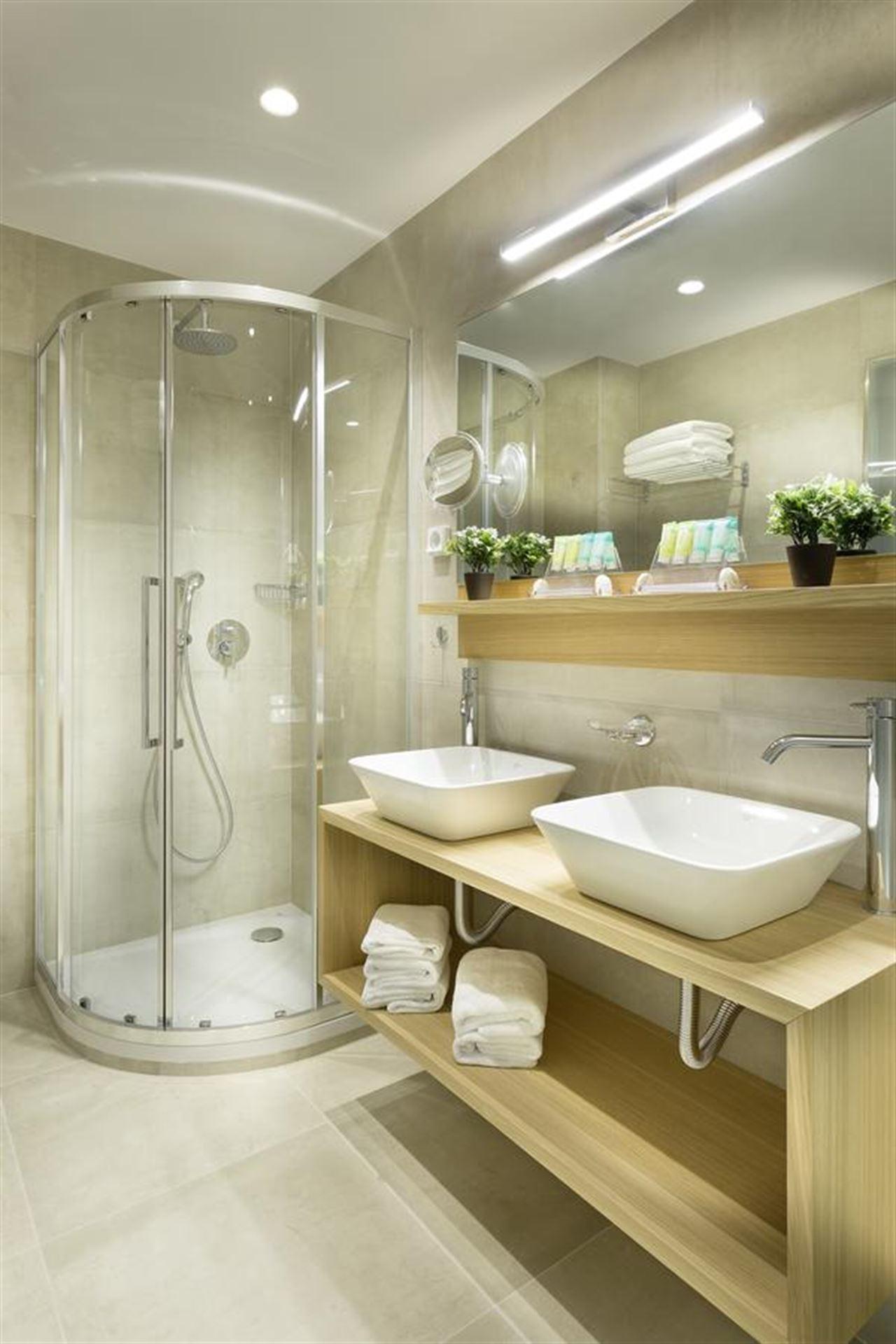 Jason Inn: Bathroom