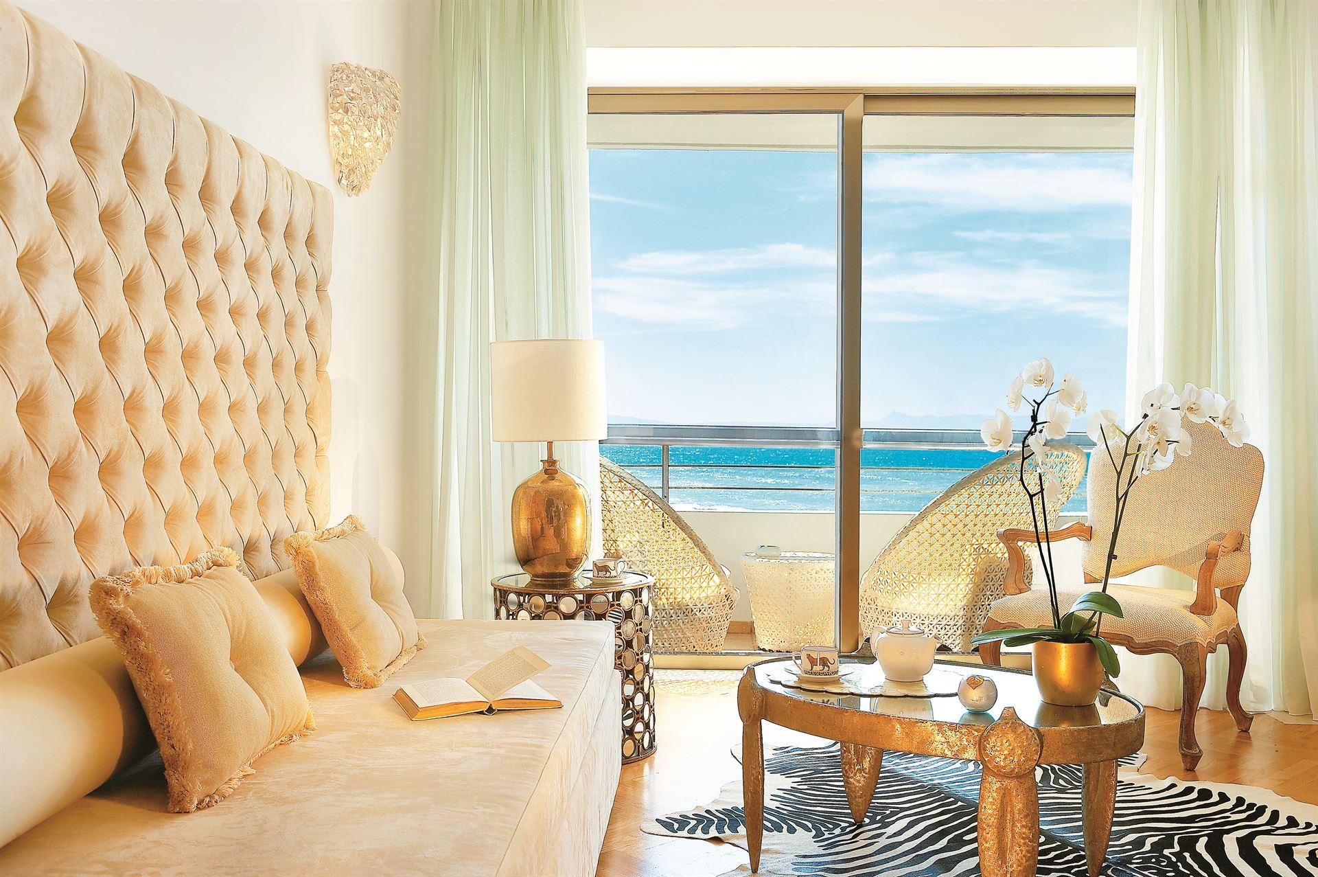 Grecotel Creta Palace Luxury Resort: Palace Guestroom Lounge