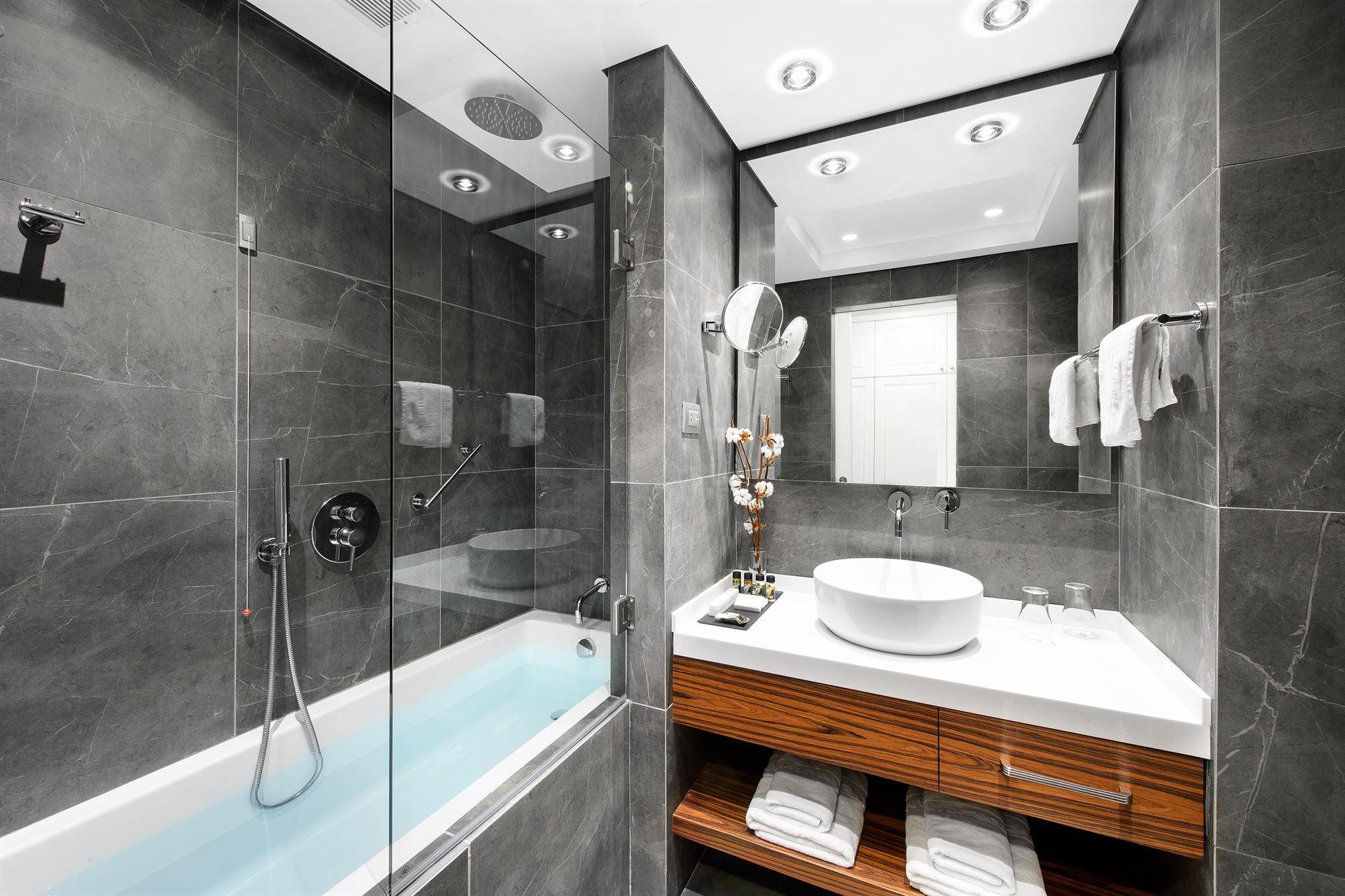 Mediterranean Palace Hotel: Premium Bathroom