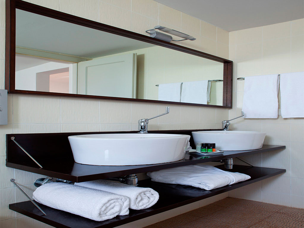 Minos Beach Art Hotel: Bathroom
