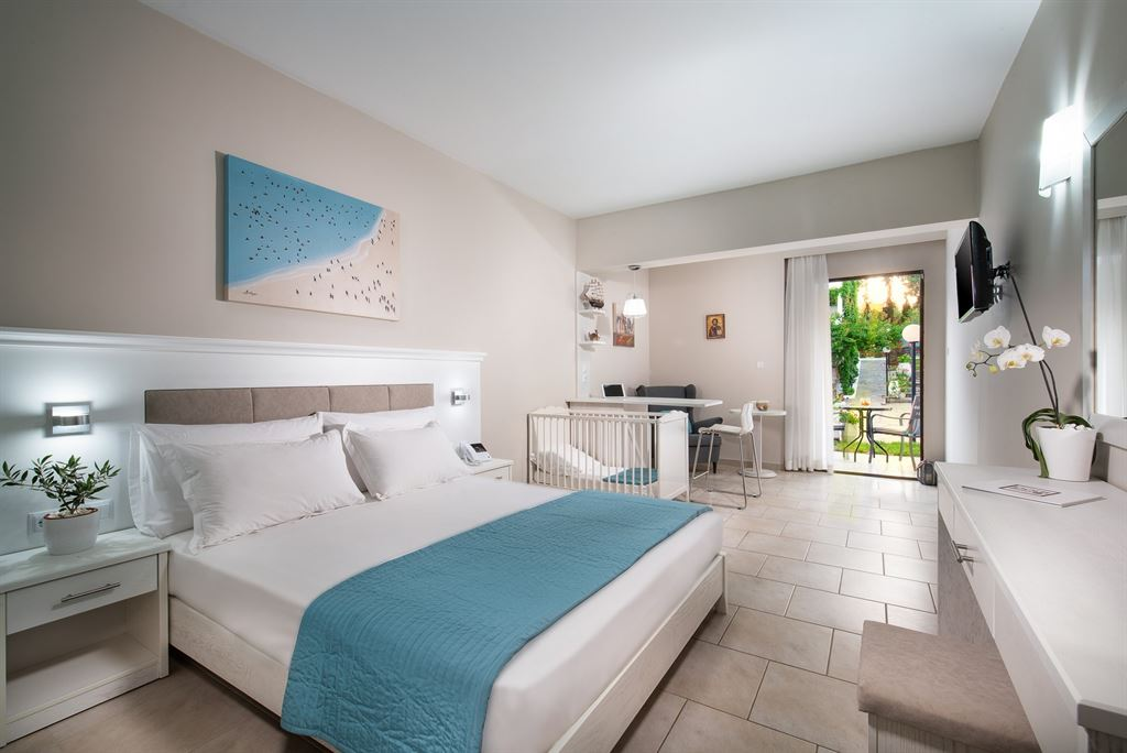 Porfi Beach Hotel: Family Superior