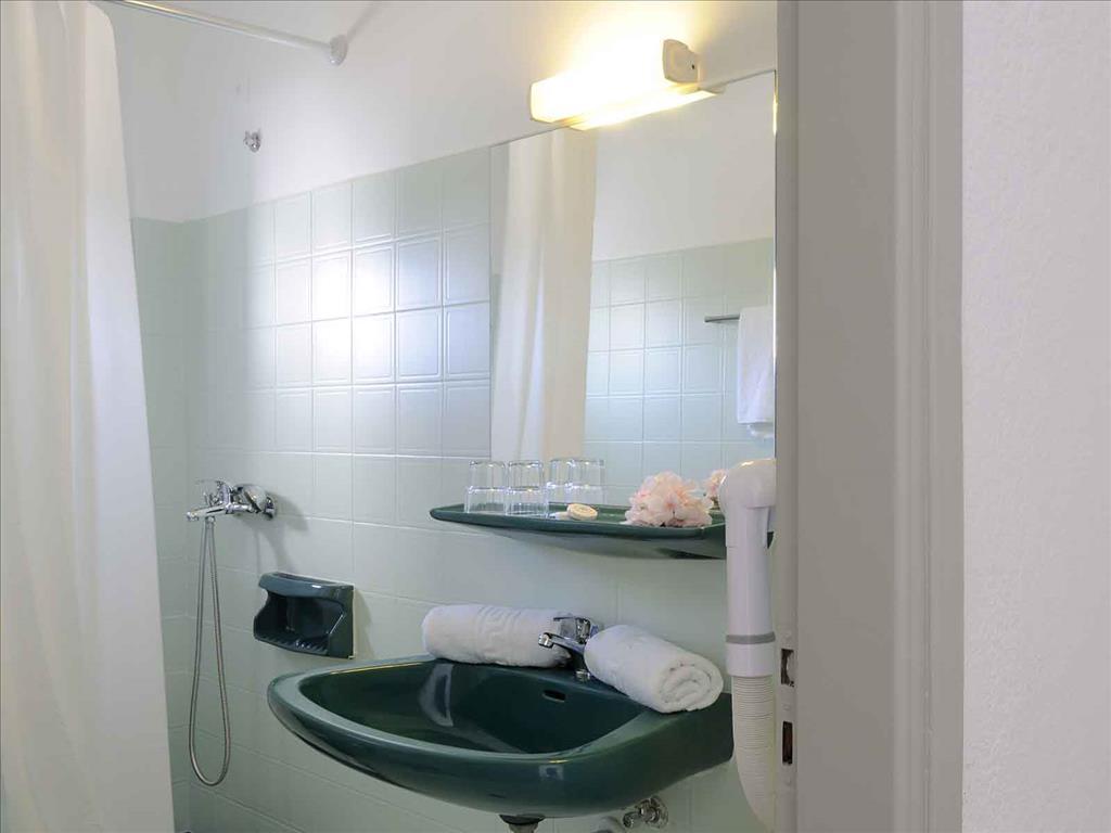 Selena Village Hotel: Bathroom