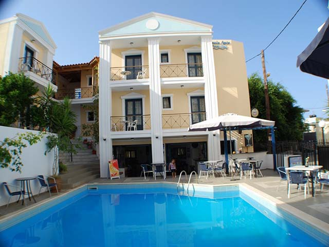 Renia Apartments: pool