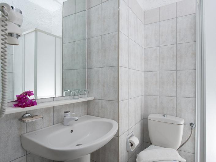 Heronissos Hotel: Bathroom
