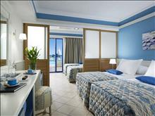 Amilia Mare Family Resort: Fam_slidingdoor_poolfront