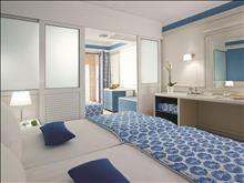 Amilia Mare Family Resort: Family_Room_Sliding_Door