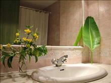 Royal Apart Hotel: Bathroom