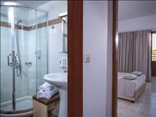 Blue Bay Resort : Outbuilding Bathroom (sample)