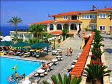 Aristoteles Beach Hotel : Pool bar and main building
